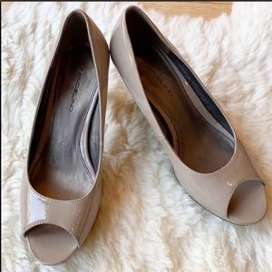 BANDOLINO patent leather heels size 7 tan peep toe